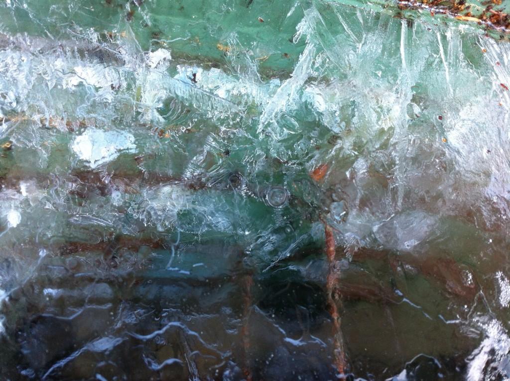 Eiskristalle in der Regentonne