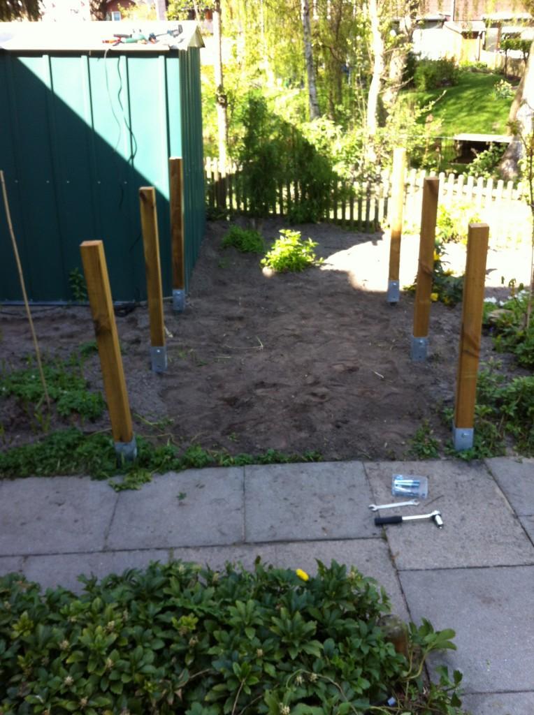 Holzpfosten ausgerichtet und montiert