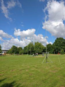 G5RV-Antenne an drei Masten aufgehangen