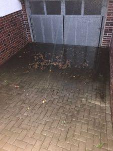 Wasser vor dem Garagentor